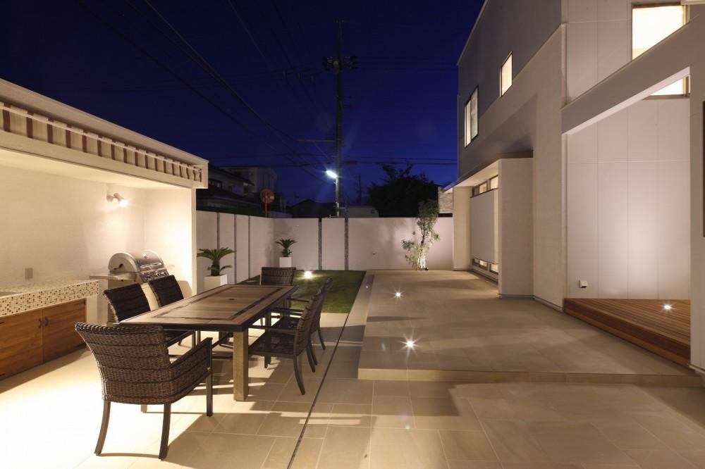 モダン・リゾートスタイルの白いコートハウス (テラス(夜景))