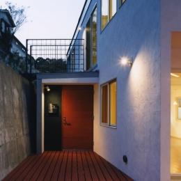 地平線の見える崖地の家-擁壁がからむ玄関へのアプローチ空間