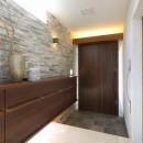 モダン・リゾートスタイルの白いコートハウスの写真 玄関正面を見る