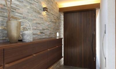モダン・リゾートスタイルの白いコートハウス (玄関正面を見る)