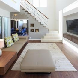 モダン・リゾートスタイルの白いコートハウス (リビング)