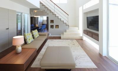 リビング|モダン・リゾートスタイルの白いコートハウス
