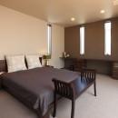 モダン・リゾートスタイルの白いコートハウスの写真 主寝室