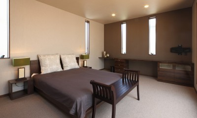 モダン・リゾートスタイルの白いコートハウス (主寝室)