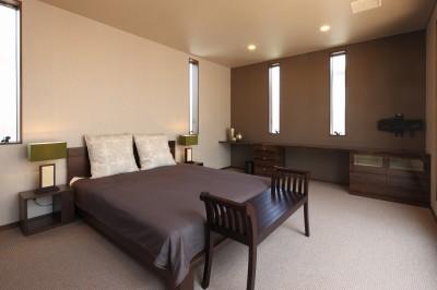 主寝室 (モダン・リゾートスタイルの白いコートハウス)