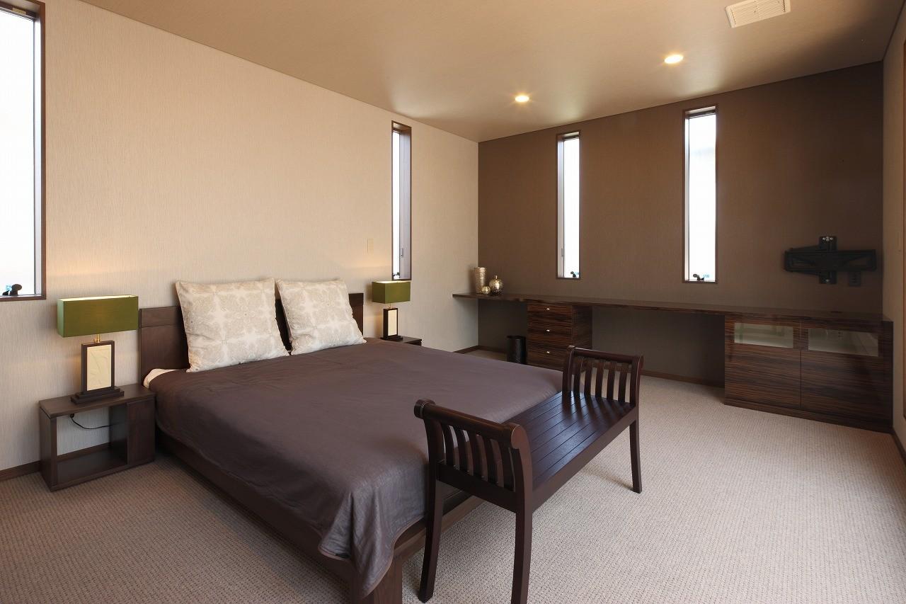 ベッドルーム事例:主寝室(モダン・リゾートスタイルの白いコートハウス)