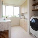 モダン・リゾートスタイルの白いコートハウスの写真 家事室・洗面脱衣室