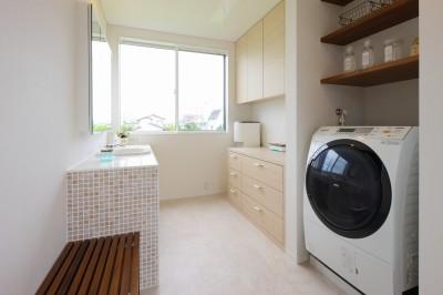 家事室・洗面脱衣室 (モダン・リゾートスタイルの白いコートハウス)