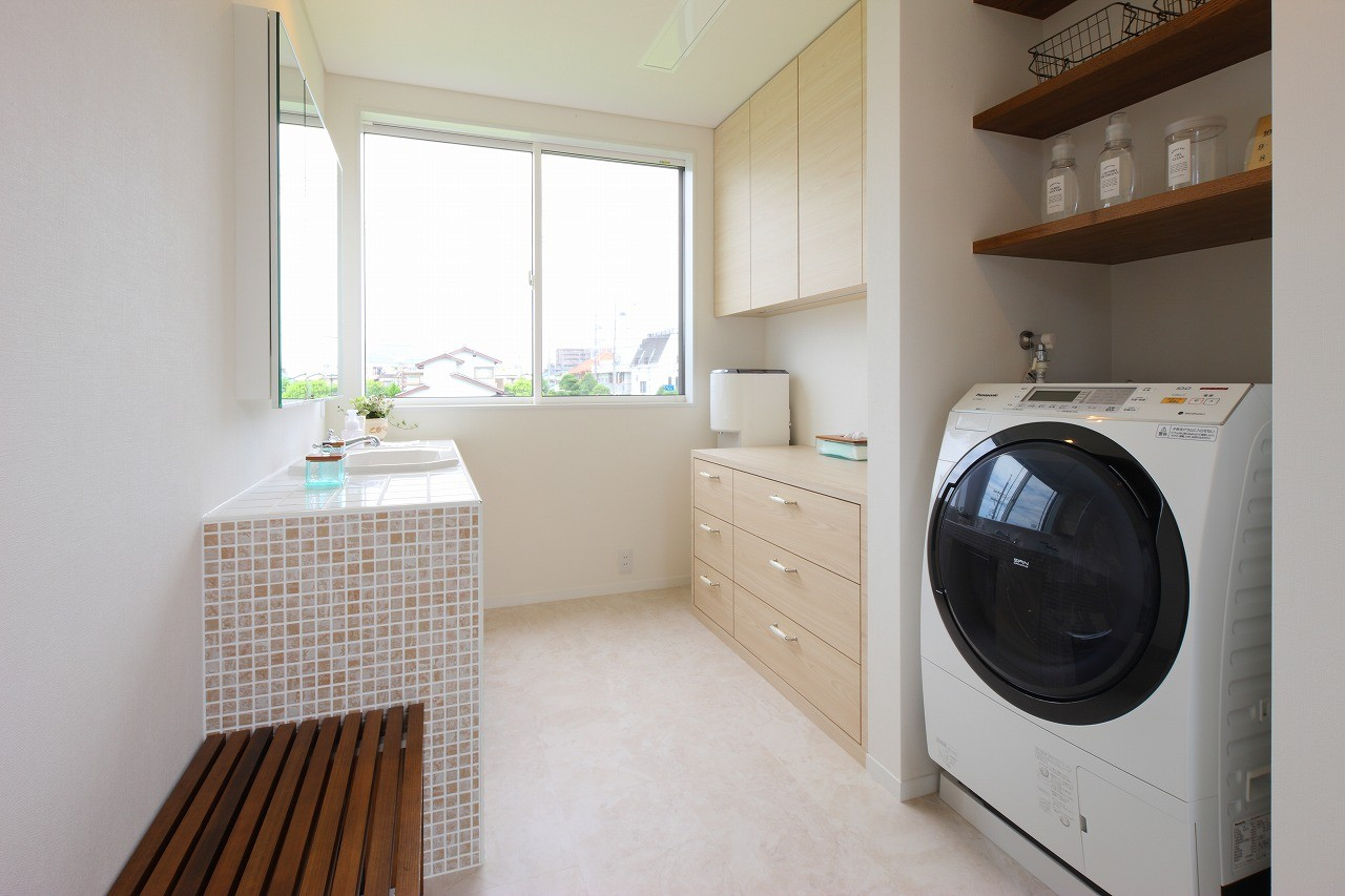 その他事例:家事室・洗面脱衣室(モダン・リゾートスタイルの白いコートハウス)