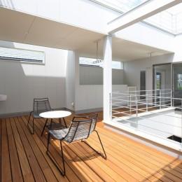 モダン・リゾートスタイルの白いコートハウス (2階デッキテラス)