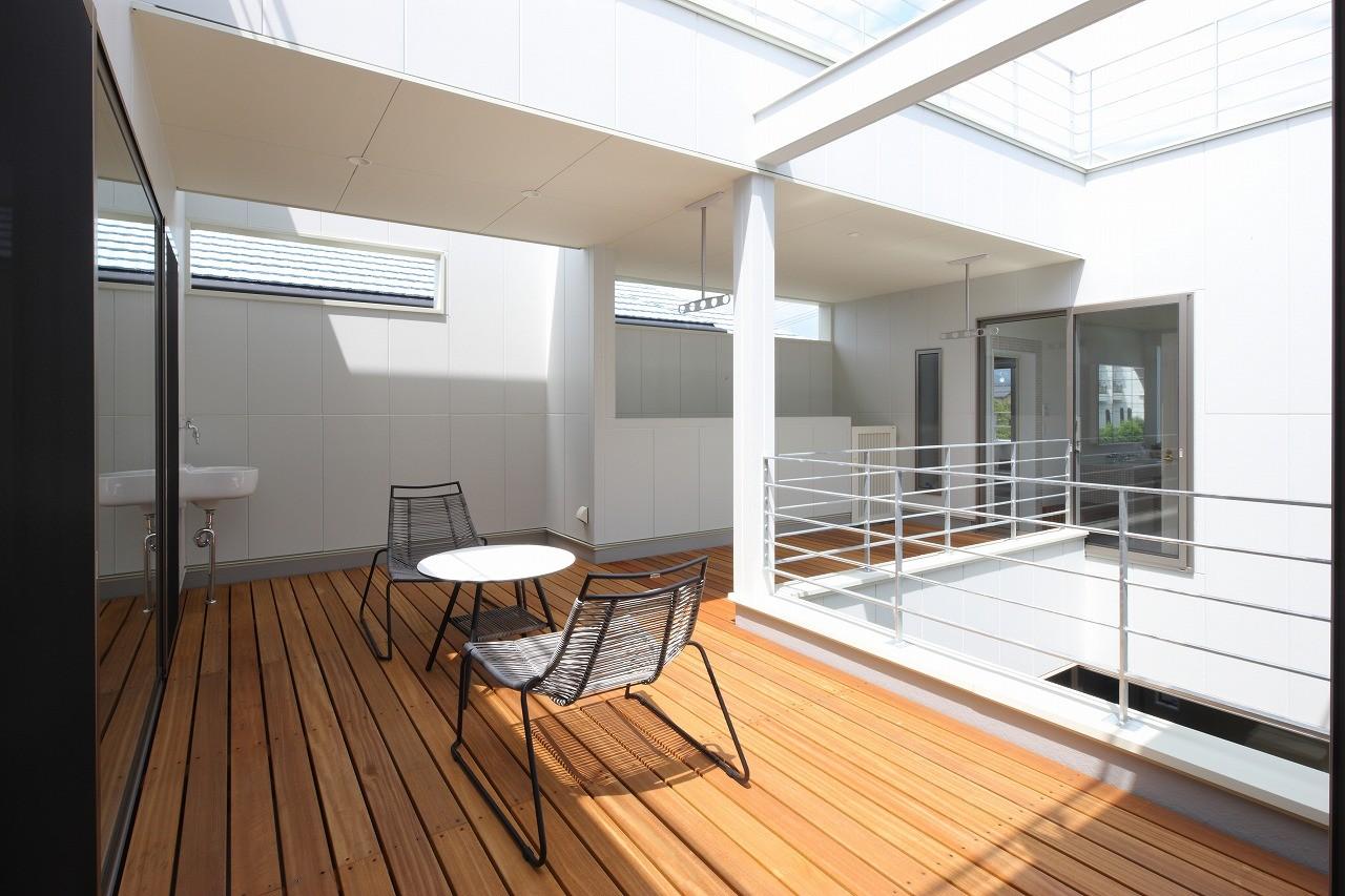 その他事例:2階デッキテラス(モダン・リゾートスタイルの白いコートハウス)