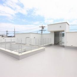 モダン・リゾートスタイルの白いコートハウス (屋上)