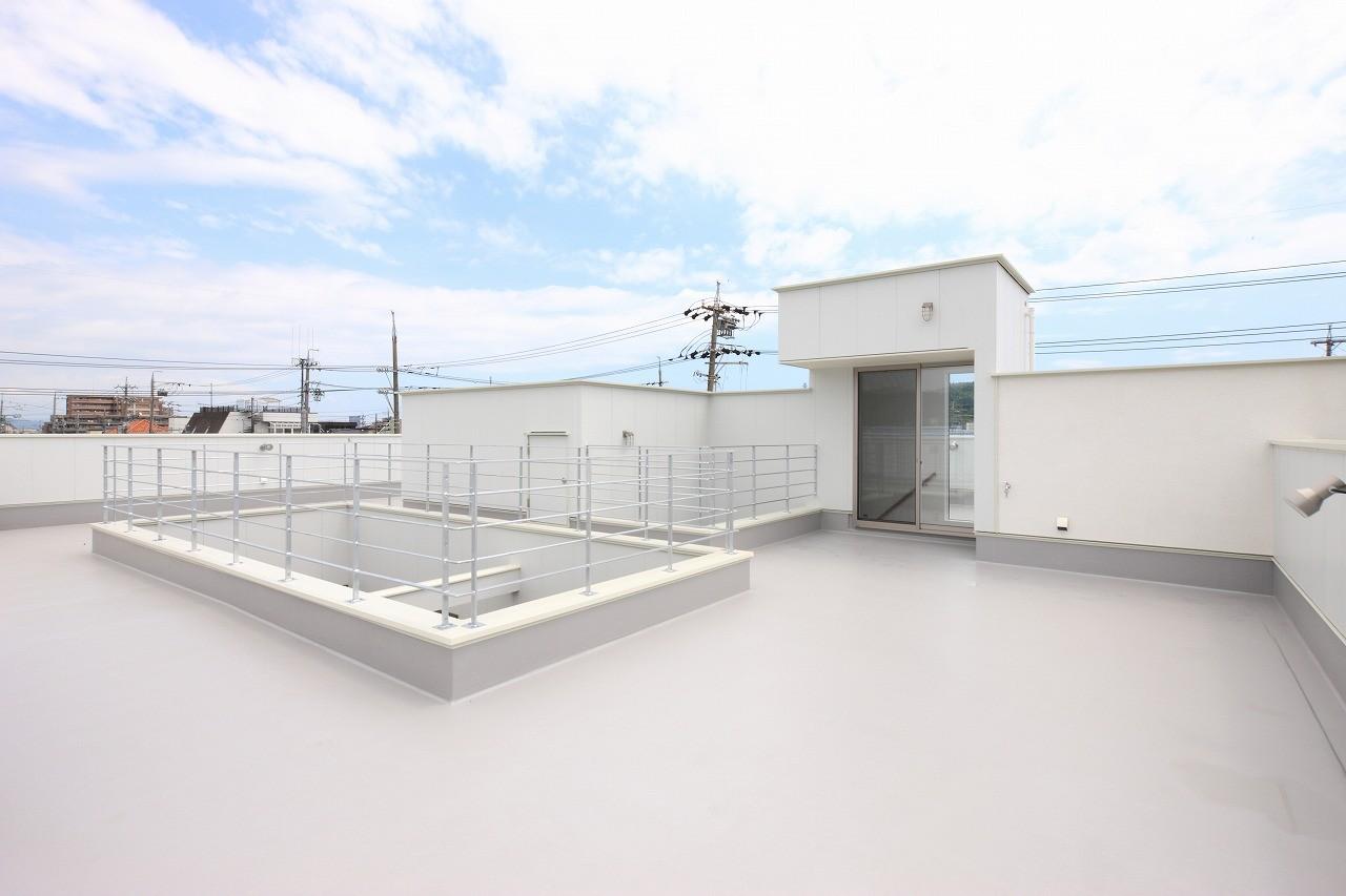その他事例:屋上(モダン・リゾートスタイルの白いコートハウス)