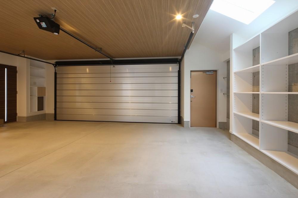 モダン・リゾートスタイルの白いコートハウス (ビルトインガレージ)