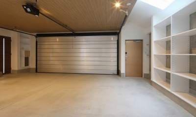 ビルトインガレージ|モダン・リゾートスタイルの白いコートハウス