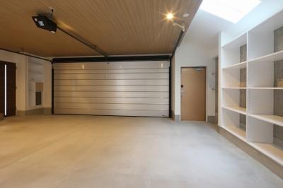 ビルトインガレージ (モダン・リゾートスタイルの白いコートハウス)