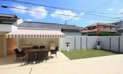 モダン・リゾートスタイルの白いコートハウス (バーベキューテラス)