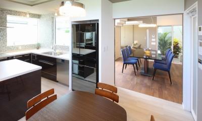 モダン・リゾートスタイルの白いコートハウス (ダイニングキッチン)