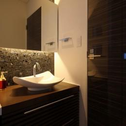 モダン・リゾートスタイルの白いコートハウス (1階洗面)