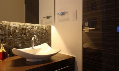 1階洗面|モダン・リゾートスタイルの白いコートハウス