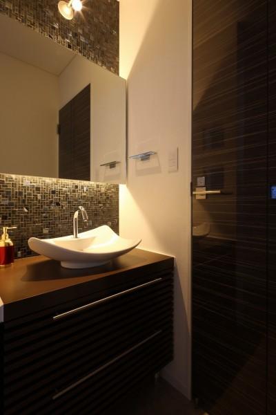 1階洗面 (モダン・リゾートスタイルの白いコートハウス)