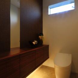 モダン・リゾートスタイルの白いコートハウス (トイレ)