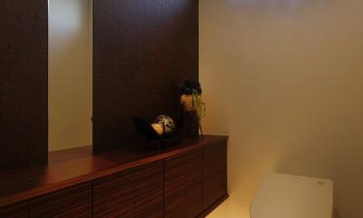 トイレ|モダン・リゾートスタイルの白いコートハウス