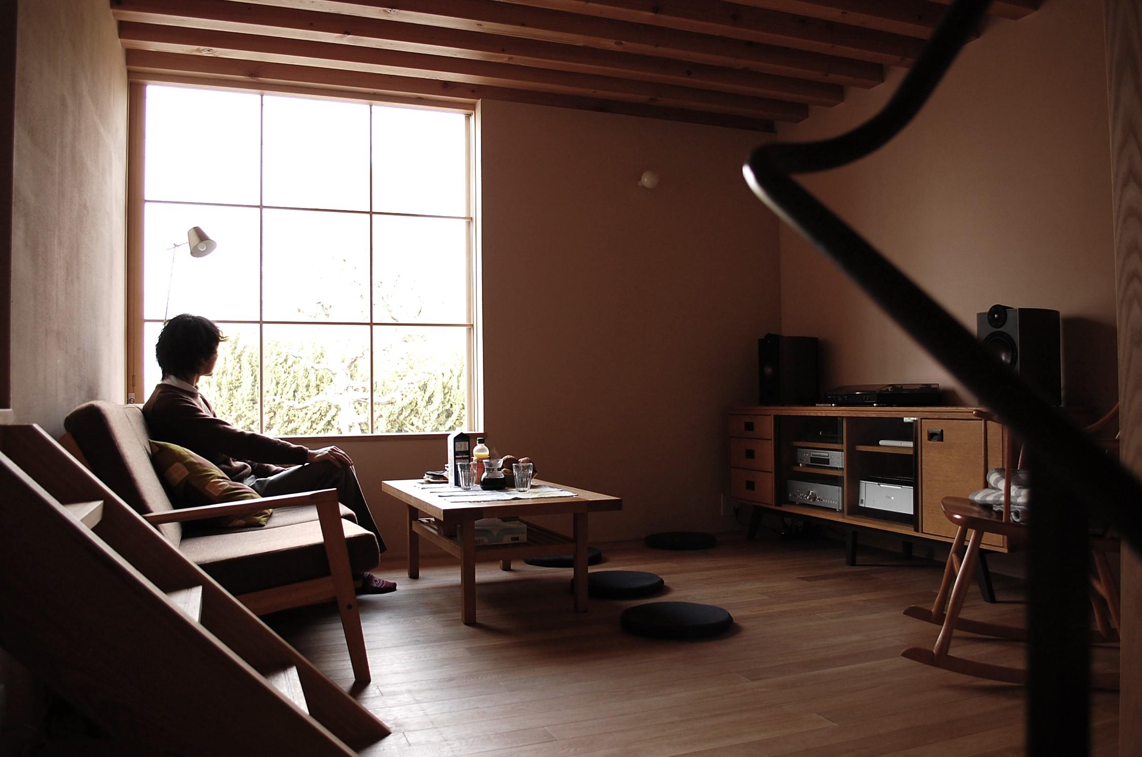 リビングダイニング事例:居間から外を見る。(加納の家)