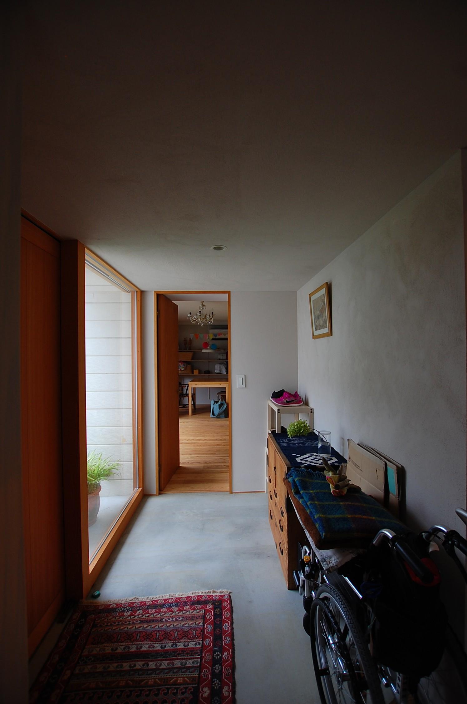 リビングダイニング事例:玄関を見る(鵜沼のアトリエ)