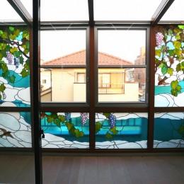 サンルームのステンドグラス 東京都葛飾区 N氏邸 (サンルームに取り付けた正面からのステンドグラス画像です。)