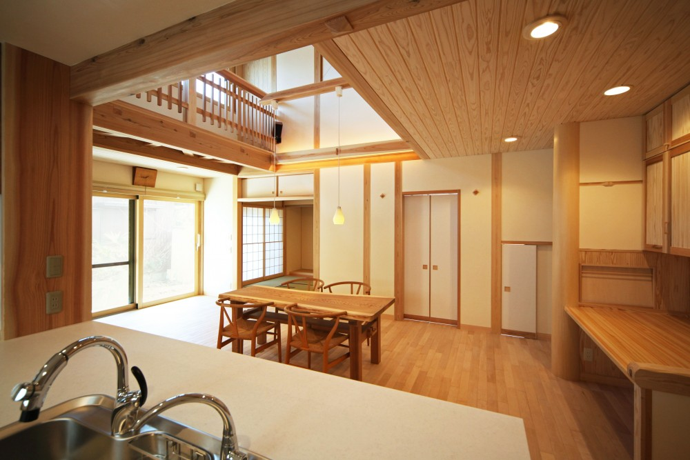 家中を見渡せるキッチン (家事が楽な和みの木の家)
