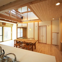 家事が楽な和みの木の家 (家中を見渡せるキッチン)