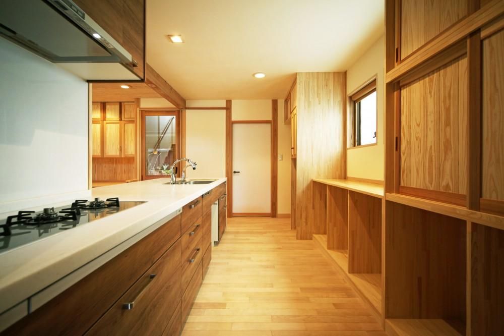 家事が楽な和みの木の家 (3口並列コンロのキッチンとオーダーメイド収納)