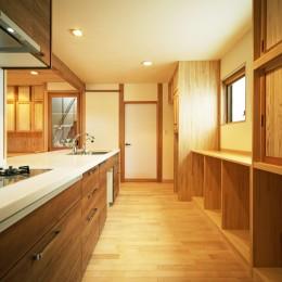 3口並列コンロのキッチンとオーダーメイド収納 (家事が楽な和みの木の家)