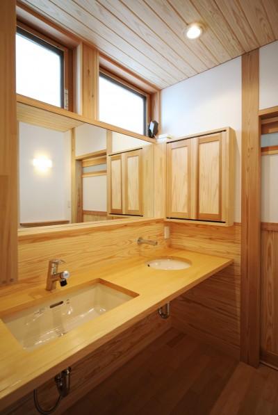 家事が楽な和みの木の家 (無垢カウンターの洗面)