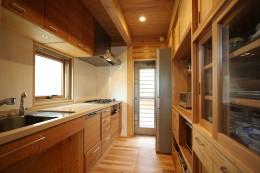 無垢の木に包まれた家 (木のキッチン)