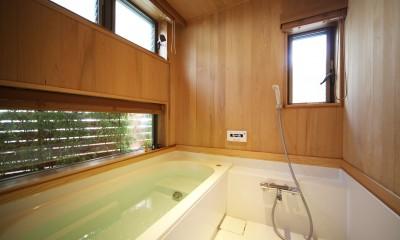 無垢の木に包まれた家 (緑を取込んだ木の浴室)