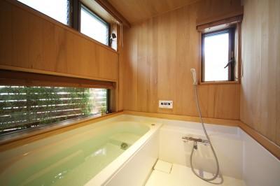 緑を取込んだ木の浴室 (無垢の木に包まれた家)