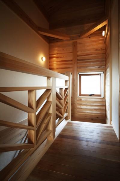 無垢の木に包まれた家 (木の階段ホール)