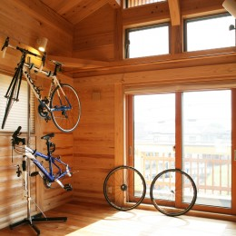 無垢の木に包まれた家 (勾配天井の趣味室)