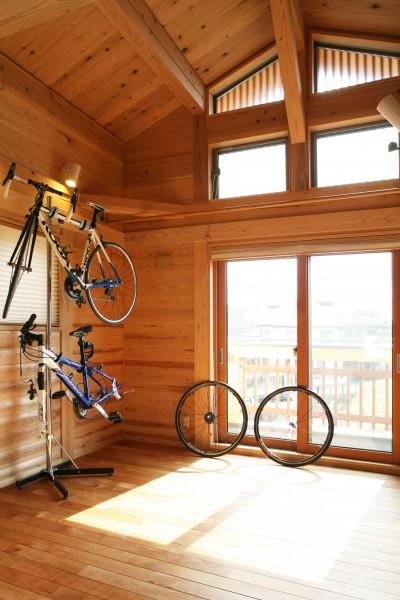 勾配天井の趣味室 (無垢の木に包まれた家)