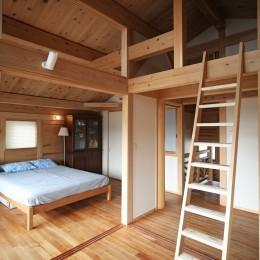 無垢の木に包まれた家 (ロフト収納のあるベッドルーム)