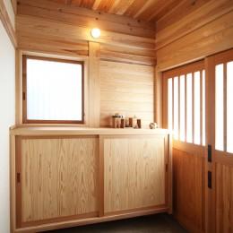 無垢の木に包まれた家 (木の玄関)