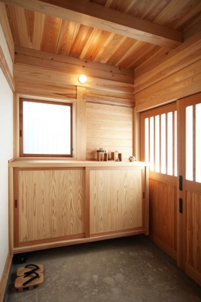 木の玄関 (無垢の木に包まれた家)