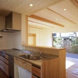 玄関と庭につながる回遊キッチン (ゼロエネの木の家)