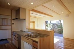 ゼロエネの木の家 (玄関と庭につながる回遊キッチン)