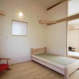 ゼロエネの木の家 (無垢フローリングと畳ベッドの個室)