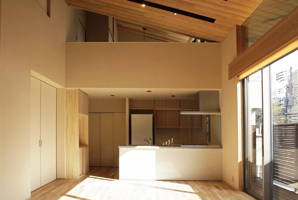 吹抜けのダイニングキッチン (寿司店を営む木の家)