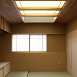 寿司店を営む木の家 (和室の寝室)