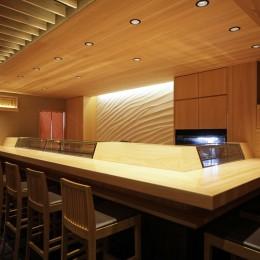 寿司店を営む木の家 (寿司店のカウンター)